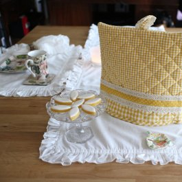 Tea Cozy Madicken, checked yellow with lace